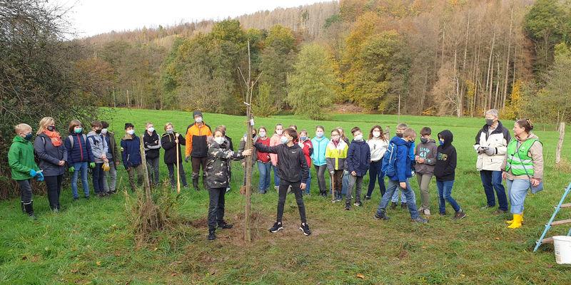 Gruppenbild zur Exkursion des Gymnasiums Odenthal zur Streuobstwiese im Scherfbachtal
